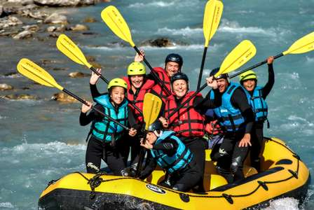 Discover rafting in Serre Chevalier from Monêtier-les-bains and on more than 10 km of river. An introductory course accessible to all, fun and ideal for the whole family for a first whitewater experience.